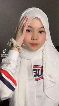 Simple Hijab Tutorial, Hijab Style Tutorial, Teen Fashion Outfits, Hijab Fashion, Pashmina Hijab Tutorial, Head Scarf Styles, Hijabi Girl, Lingerie Outfits, Cute Outfits