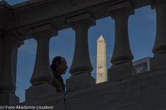 Lissabon, warum immer nur nach selektiver Schärfe verlangen, wenn die Schärfentiefe spannende Augenblicke liefert, die Vorder- und Hintergrund miteinander verbindet. ... im digitalen Foto dürfen dunkles Motivtdetails auch mal dunkel sein, aber Helles niemals zu Hell. Nächsten Training im Juni 2015: http://www.foto-akademie.de/fotoreise-lissabon/