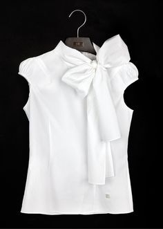 White Shirt by Carolina Herrera - The white blouse is a must in any closet garment female. It's a versatile piece that can be used in countless occasions and always make you look good! Classic White Shirt, Casual Outfits, Fashion Outfits, Cool Outfits, Mode Chic, Carolina Herrera, White Shirts, White Blazers, White Tops