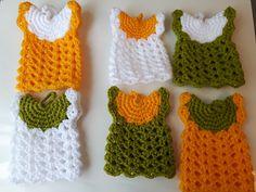 Agarradores según las instrucciones de http://blog.acrochet.com/patrones-gratis/vestiditos-agarra-ollas.html Con 75 g y un ganchillo de 3,5 mm he hecho los seis