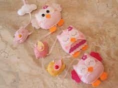 Enfeite para a cortina ou decoração do quarto do bebê, confeccionado em feltro e tecido de algodão. <br> <br>* Valor refere-se a 1 fio decorado. <br> <br>* Temos também o Enfeite de Porta de Maternidade Corujas, veja outros modelos no Álbum de Produtos - BEBÊ DECORAÇÃO
