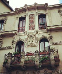 Love this little jewel ❤ #turin #torino #torinoelamiacitta #igerstorino #igerspiemonte #italia #italy #piedmont #piemonte #artlovers #artnouveau #windows #architectureporn #architecture #liberty #jugendstil #decoration #balcony