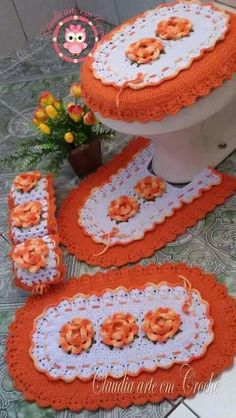 Discover thousands of images about bathroom set Crochet Mat, Crochet Home, Crochet Crafts, Crochet Doilies, Crochet Flowers, Crochet Projects, Free Crochet, Crochet Stitches Patterns, Doll Patterns