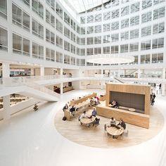 Fer de lance de l'énérgie durable, le fournisseur international Eneco se devait de donner l'exemple pour son nouveau siège à Rotterdam. Le cœur du bâtiment est constitué d'un atrium entouré d'espaces de rencontre lumineux : réception, salles de réunion, espaces de travail, salles de réunion informelles, des salons, un restaurant, un service desk et un auditorium. Des capteurs solaires sur la façade sud et sur le toit suivent le soleil toute la journée et absorbent le maximum d'énergie…