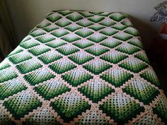 Discover thousands of images about Gradient granny afghan Crochet Quilt Pattern, Crochet Bedspread, Granny Square Crochet Pattern, Crochet Squares, Crochet Granny, Crochet Blanket Patterns, Crochet Stitches, Baby Blanket Crochet, Knit Crochet