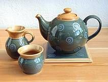In the lovely valley of the River Bandon in West Cork in the South West corner of Ireland, for more than 30 years Jane Forrester has designed and produced, with a small team of helpers, uniquely colourful high-fired stoneware pots, renowned for their durability and timeless style.