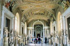 Die Vatikanischen Museen umfassen zwölf thematisch verschiedene Museen und eine Reihe von Kapellen und Sälen, unter anderem die berühmte Sixtinische Kapelle. Sie stellen eine der wichtigsten und umfangreichsten Kunstsammlungen der Welt dar und sind ein anschauliches Beispiel für den unermesslichen Reichtum, den die katholische Kirche in den Jahrhunderten angehäuft hat.