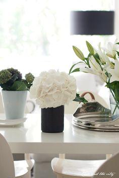 White flowers <3, Char & the city -blog: http://charandthecity.indiedays.com/2013/06/06/perjantain-kukkapuskia/