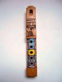 TARKA La Tarka es una flauta vertical ortoédrica de madera de una sola pieza.