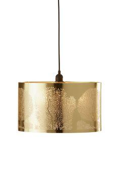 Naturen inspirerer til belysning som sprer et vakkert lys av botaniske silhuetter. Materiale: Metall. Størrelse: Høyde 23 cm, ø 40 cm. Beskrivelse: Taklampe av metall med utstanset tremønster. Ledning 100 cm. Sokkel og pære: 1 stk E27, max 40 w pære eller max 7 w lavenergipære. Tips & Råd: Benytt en klar lyskilde om du har en lampeskjerm eller lampe med perforerte eller utskårne mønster og du vil at mønsteret skal skape effekter på veggen og i taket. OBS! Noen tak/vinduslamper levere...