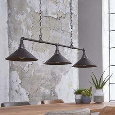 Hanglamp industrieel drie kappen en een antiek grijze afwerking. De antiek grijze afwerking maakt de look van deze lamp helemaal compleet.