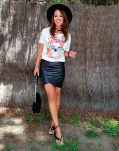 Tras la pista de Paula Echevarría » TOO LATE. White graphic t-shirt+black leather skirt+black ankle strap flat sandlas+black chain shoulder bag+black hat+black chokers. Summer Casual Outfit 2017