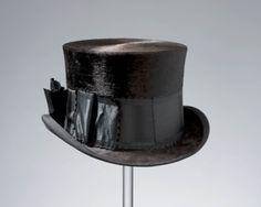 gelegenheidshoed, Staphorst, 1e helft 20ste eeuw Deze in Engeland gemaakte hoed heeft een 19de eeuws model en is volgens Staphorster gebruik opgemaakt met een breed lint met strik. Evenals de lange geklede jas blijft hij tot in de 20ste eeuw in Staphorst en Rouveen in gebruik als gelegenheidskleding. Een dergelijke hoed wordt dan gedragen door de bruidegom, de doopvader en bij een begrafenis. #Overijssel #Staphorst