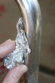 Eliminar el óxido con papel de aluminio y agua / Removing rust from metal using aluminum foil and water! It really works! Household Cleaning Tips, Cleaning Hacks, Cleaning Mold, Household Cleaners, Limpieza Natural, How To Remove Rust, Removing Rust, Remove Rust From Metal, School Chairs