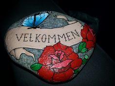 Min velkomst sten malet med acrylmaling og posca :D pynter dejligt ude foran døren