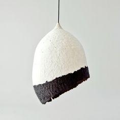 Lámpara hecha con pasta de papel de periódico reciclado sobre un molde hinchable. Después pintar