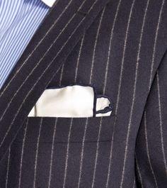 Pochette Piacemolto® tinta unita in bianco, con orlo in blu scuro.  http://www.piacemolto.com/it/fazzoletto-da-taschino/78-pochette-da-taschino-seta-bianco.html