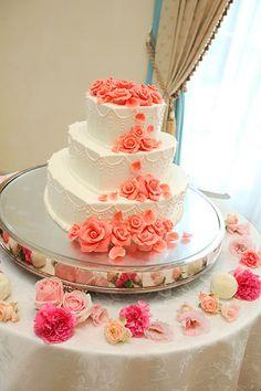 可愛い!ハート型の3段ケーキには淡いピンク色のレース模様が描かれています。