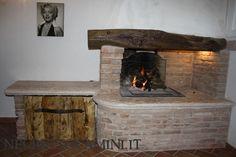camino rustico da taverna, semplicemente composto tutto da materiale di recupero tranne l'interno che ha una struttura prefabbricata che scalda l'acqua