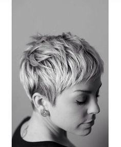 Short pixie haircuts seem both extraordinary and beautiful. Pixie haircut is too… Short pixie haircuts seem both extraordinary and beautiful. Pixie haircut is too short in length and also different from all other short hairstyles. 2015 Hairstyles, Cool Hairstyles, Hairstyle Ideas, Hair Ideas, Female Hairstyles, Black Hairstyles, Crop Hair, Short Pixie Haircuts, Short Bangs