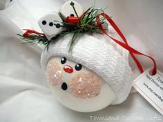 Snowman ornament, so sweet! I guess all you need are a ball, a #sock, a red and black Sharpie, ribbon and some glitter!