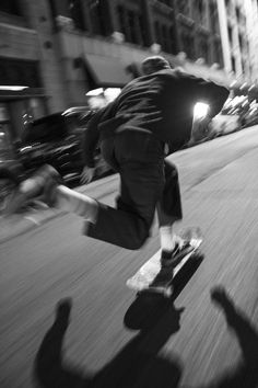 Skateboard styles this is one way to wear the tendancy. Skateboard Photos, Skate Photos, Skateboard Clothing, Skateboard Boy, Black And White Photo Wall, Black And White Pictures, B&w Wallpaper, Urbane Fotografie, Arte Do Hip Hop