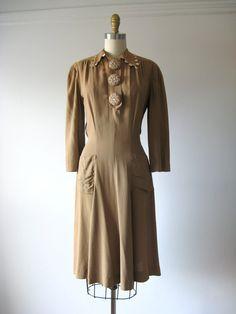 1930s dress--collar! pockets! buttons!