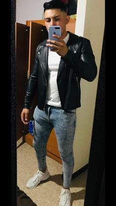 Tight Jeans on sexy guys: Photo Superenge Jeans, Ripped Jeans Men, Jeans And Boots, Super Skinny Jeans, Skinny Legs, Hip Hop Fashion, Mens Fashion, Mens Clothing Trends, Skater Outfits