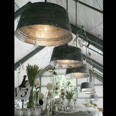 I love the idea of upcycling objects and this is a lovely way to decorate a saloon. The romantic and rustic effect that gives these beautiful metal wash tubs as pendant lamps is simply gorgeous Diy Luz, Luminaire Original, Galvanized Buckets, Metal Buckets, Galvanized Decor, Galvanized Metal, Metal Bins, Plastic Buckets, Deco Luminaire