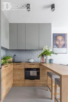 Cocina pequeña bi-tono en madera y gris con península. Una opción con buen aprovechamiento y muy decorativo para un apartamento pequeño.