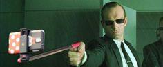 Les flingues remplacés par des selfie-sticks dans des scènes cultes : Matrix