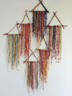 Small Triangle Dream Catchers - What to do with leftover bits of beautiful yarn. Throw a yarn party? Mobiles, Hippie Crafts, Diy And Crafts, Arts And Crafts, Fall Crafts, Deco Boheme, Ideias Diy, Dreamcatchers, Bohemian Decor