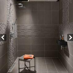 Un concept de douche italienne idéal pour une petite salle de bains avec le lavabo installé dans l'espace douche.