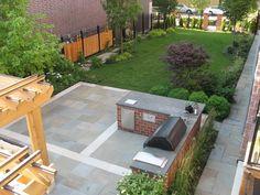 aménagement petit jardin dans l'arrière-cour avec cuisine extérieure, gazon et buis en boule
