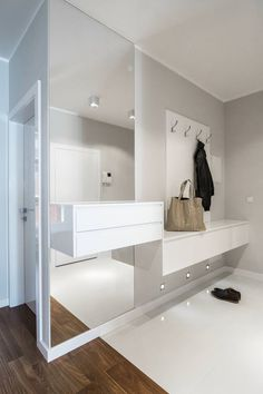 19 ideas for modern hall design and tips for the entrance area light gray wall paint and floor-to-ceiling wall mirror without frame, white hanging furniture Hanging Furniture, Hall Furniture, White Furniture, Furniture Stores, Design Hall, Flur Design, Home Entrance Decor, House Entrance, Home Decor