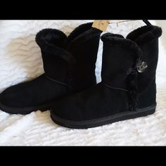 LISTING AEO BUTTONED COZY BOOT SIZE 7 -BRAND NEW NO BOX -SIZE: 7 -DESCRIPTION: GENUINE LEATHER UPPER; ANKLE BOOT FIT; SHERPA LINING; ONE BUTTON DETAIL; LOGO PATCH AT HEEL; PULL TAB; RUBBER OUTSOLE; LEATHER -IMPORTED -COLOR: BLACK    ️⚠️⚠️BARCODE CUT OFF TO PREVENT ANY RETURN⚠️⚠️⚠️    ⭐RATED SELLER  FAST SHIPPER NEXT DAY SHIPPING  ❌NO TRADE ❌NO PAYPAL  ✅BUNDLE OFFER American Eagle Outfitters Shoes Ankle Boots & Booties