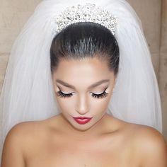 Ideia de maquiagem para noivas Diy Wedding Makeup, Bride Makeup, Hair Makeup, Albanian Wedding, Monochromatic Makeup, Short Bridal Hair, Romantic Couples Photography, Big Lashes, Princess Grace Kelly