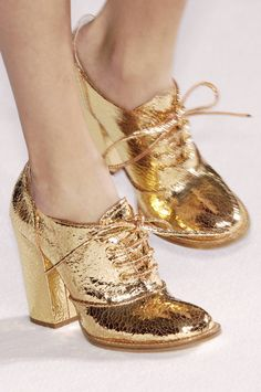 gold shoes so me when I was younger! I would still love to have these on my feet! Crazy Shoes, Me Too Shoes, Gold Wedding Shoes, Chic Wedding, Wedding Cake, Boho Vintage, Mode Shoes, Retro Mode, Shoe Boots