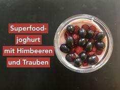 Superfoodjoghurt mit Himbeeren und Trauben fürs Büro