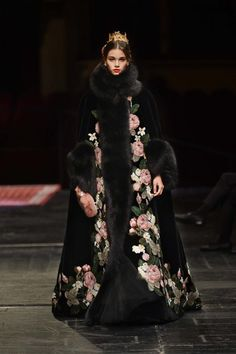 See all the Dolce & Gabbana Alta Moda Haute couture Spring/Summer 2016 photos on Vogue. Style Couture, Couture Fashion, Runway Fashion, Fur Fashion, High Fashion, Fashion Show, Fashion Design, Feminine Fashion, Collection Couture