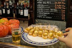 Although it is increasingly difficult, you can still find free tapas bars in Madrid. Ask for a couple of beers and you will have eaten. Madrid Tapas, Tapas Bar, Sin Gluten, Spain, Canning, Tips, Free, Portugal, Travel
