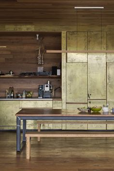 Patinated brass kitchen cabinets - Sawmill house by Archier Brass Kitchen, New Kitchen Cabinets, Timber Kitchen, Kitchen Rustic, Kitchen Small, Kitchen Appliances, Cabinet D Architecture, Interior Architecture, Home Interior