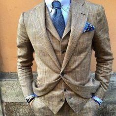 Schöner Dreiteiler, perfekt mit blauen Accessoires kombiniert.