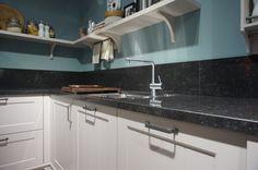 Landelijke keukens met warme diepe kleuren in combinatie met doorleefde…