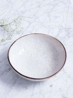 Bonito bol de color crudo claro con textura y esmalte brillo. Acabado con detalle marrón en los cantos, este plato de Bröste Copenhagen es simple y cálido. Dispones también de un plato grande y plato de postre, si quieres llevárte la colección entera. Medidas : 16cm diámetro Apto para lavavajillas y microondas