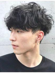 Clique na foto e confira outros cortes de cabelo masculino. Boys With Curly Hair, Curly Hair Men, Curly Hair Styles, Short Hair Styles Men, Permed Hairstyles, Boy Hairstyles, Perm Hair Men, Mens Perm, Korean Men Hairstyle