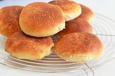 gebackene Burger Brötchen Bread Baking, Hamburger, Snacks, Breakfast, Recipes, Food, Breads, Kitchens, Vegane Rezepte