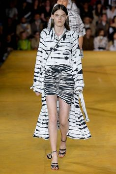 Burberry Spring 2020 Ready-to-Wear Fashion Show Collection: See the complete Burberry Spring 2020 Ready-to-Wear collection. Look 61 Animal Print Fashion, Fashion Prints, 2020 Fashion Trends, Fashion 2020, Catwalk Fashion, Fashion Show, Fashion Forecasting, Textiles, Fashion History