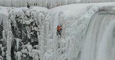 Alpinista escala gelo até topo das Cataratas do Niagara