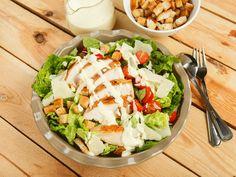 Da der leckere Ceasar Salad leider eine ziemliche Kalorienbombe ist, hat euch Brigitte nicht nur das Original-Dressing-Rezept, sondern auch eine kalorienärmere Version ausgetüftelt.